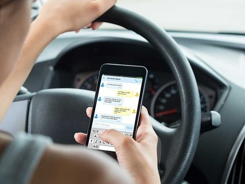 Il 67% degli irlandesi ammette di usare lo smartphone alla guida. E gli italiani?