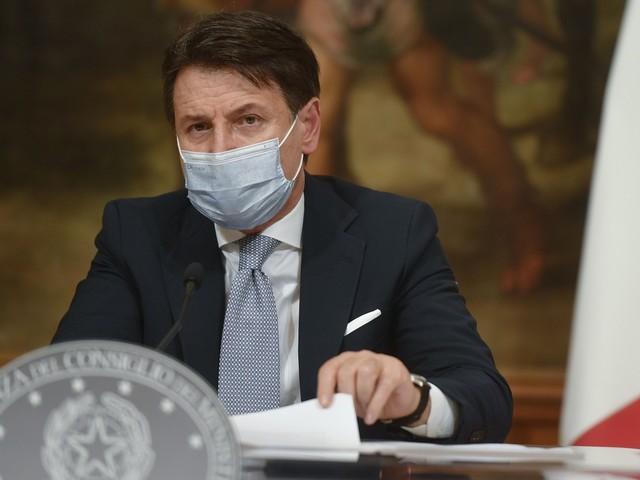 """Conte: """"Bonus Natale da 500 euro"""" Ma scatta la rivolta nel governo"""