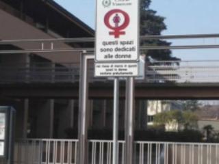 Parcheggi riservati alle donne. Non staremo esagerando?