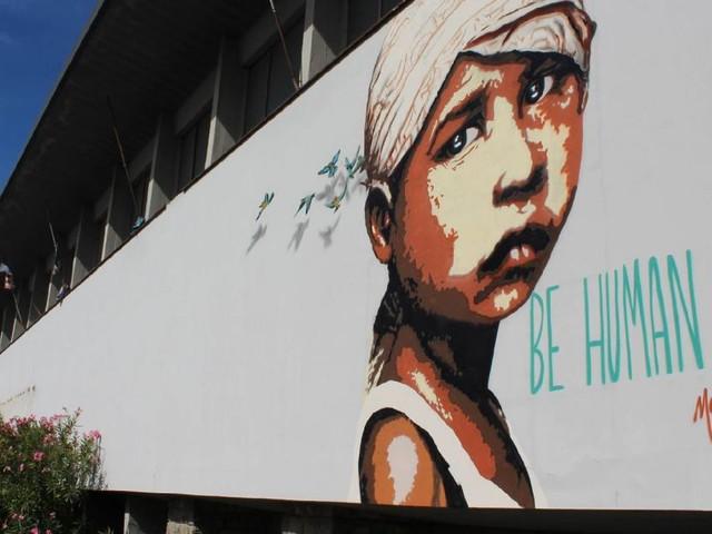 Recanati, Morden Gore ridisegna coi suoi murales il centro culturale di Fonti San Lorenzo