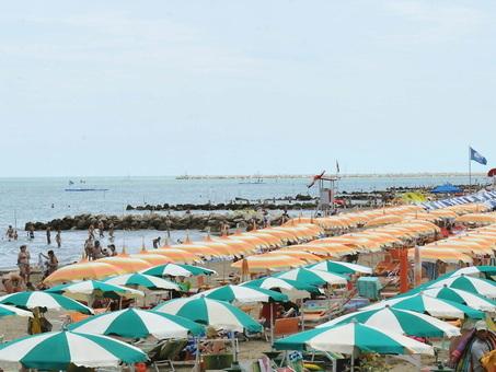 Mette i piedi in acqua e si sente male: turista stroncato in spiaggia