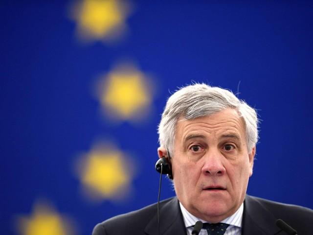 """""""Mussolini ha fatto cose buone"""": Tajani elogia il Duce, poi ritratta e se la prende con l'italiano"""