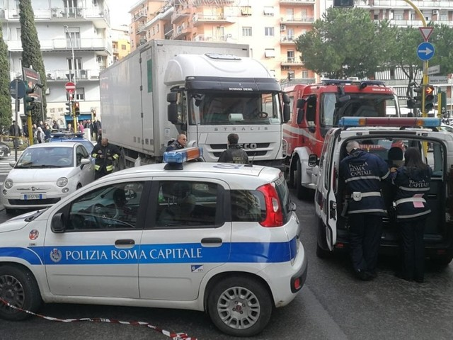 Roma, donna muore investita da un camion in zona Appia Nuova