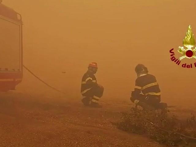 Incendi nell'Oristanese, Scano di Montiferro circondata dalle fiamme: allontanate 400 persone