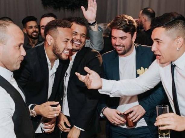 La vita dei Toiss: pagati per stare con Neymar