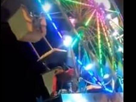 Si arrampica sulla ruota panoramica bloccata, ma cade: choc al Luna park