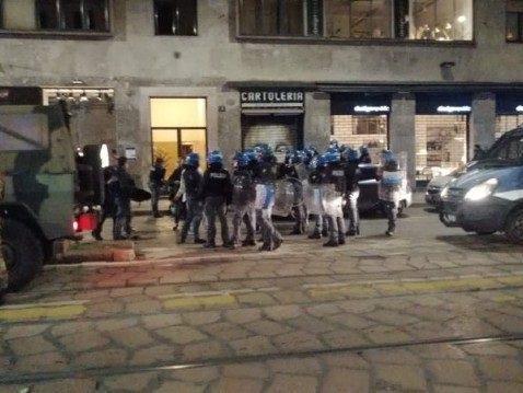 Coprifuoco a Milano, in cento lanciano bottiglie contro la polizia alle Colonne
