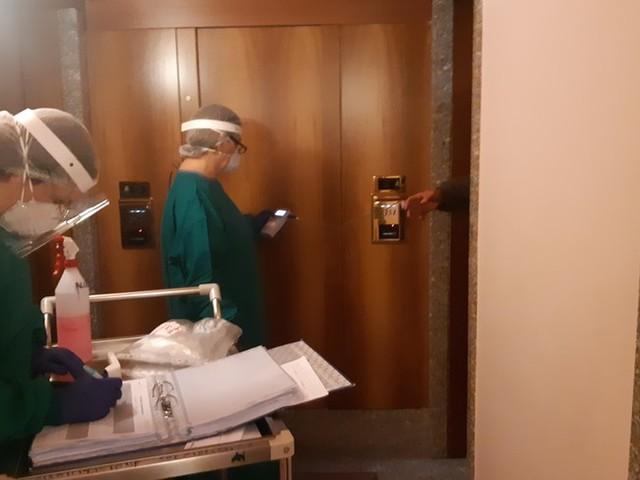 Dentro l'hotel 'quarantena' di Milano a 4 stelle, coi senzatetto e chi conta i giorni per la libertà