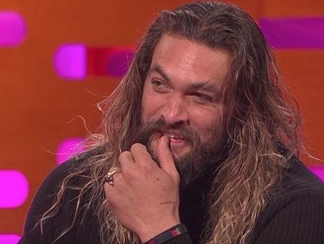 Jason Momoa usa il Dothraki appreso sul set di Game of Thrones per flirtare con Hugh Grant (video)