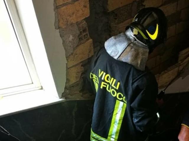 Paura a Cinecittà: cede un tramezzo dopo esplosione in un palazzo, evacuati i condomini