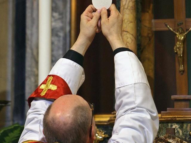 A Napoli messa a Pasqua e via Crucis a porte chiuse per Coronavirus, ecco come vederle in Tv