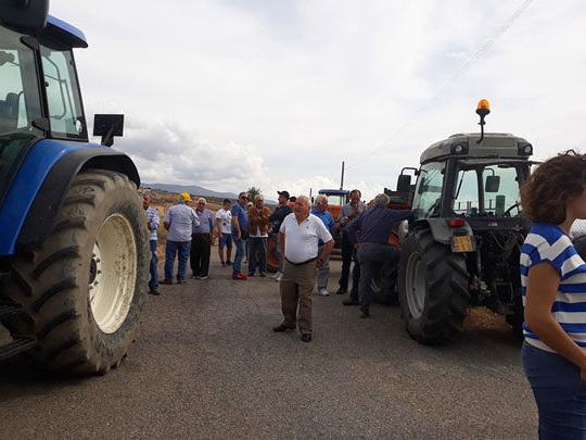 Agricoltori in protesta bloccano con i trattori accesso a discarica nel Cosentino