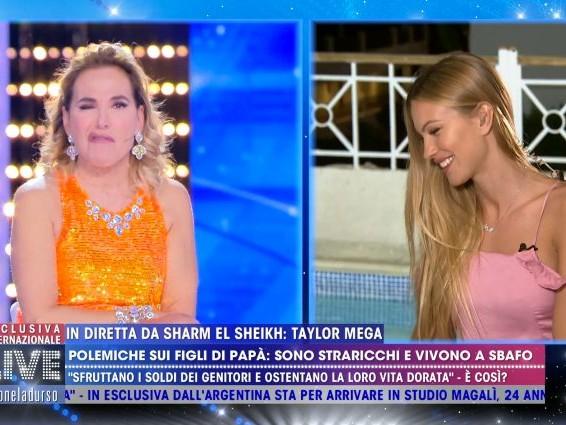 """Taylor Mega biascica e sembra ubriaca, Barbara D'Urso: """"Ti sei fatta uno spritz?"""" poi la imita"""