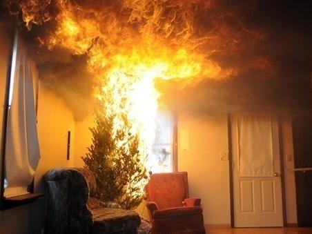 Luci di Natale incendiano l'albero: muore commercialista, ricoverate moglie e figlia a Pistoia