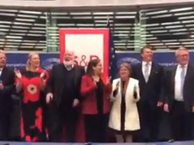 """Ue, deriva rossa dei commissari: """"Bella Ciao"""" all'Europarlamento"""