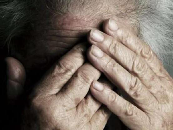 Marocchino spinge per terra anziana per rapinarla e le rompe braccio