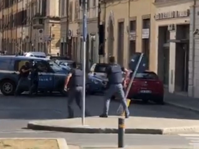L'arresto da film della polizia: i ladri circondati armi in pugno