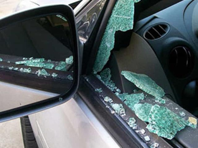 Distruggono finestrino e provano rubare un'auto, fermati da carabiniere libero dal servizio