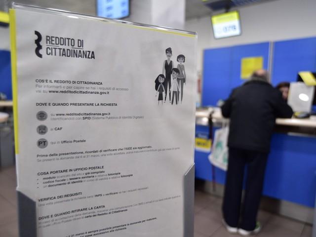 Prendevano il reddito di cittadinanza senza averne diritto, a Brescia 117 denunciati tra condannati e proprietari di Porsche