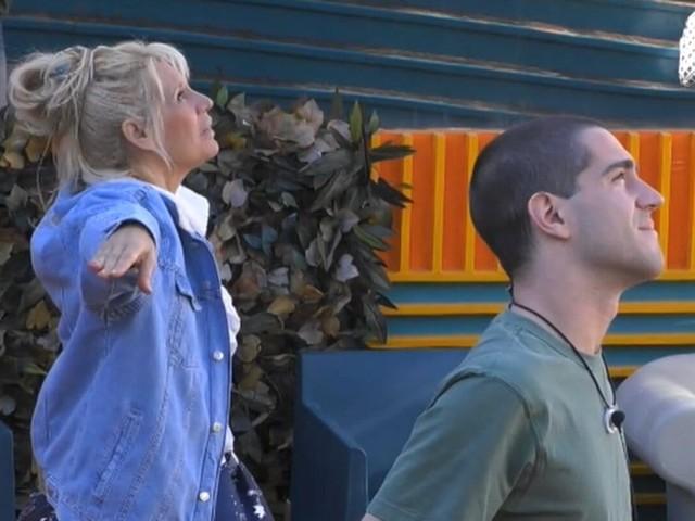 Tommaso Zorzi in crisi al Grande Fratello Vip: arriva un aereo da parte dei fan, ma lui pensa al ritiro