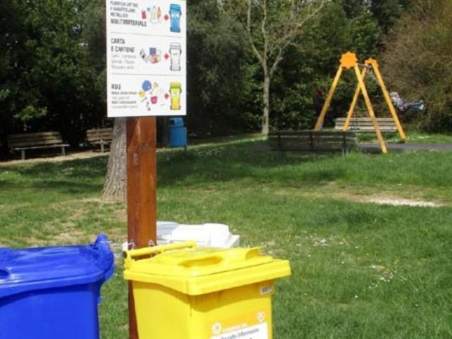 Macerata, installate postazioni per la raccolta differenziata nei parchi della città