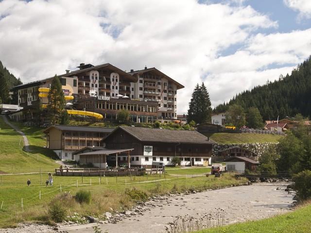 Austria, hotel mostra foto con svastica e riceve pessime recensioni