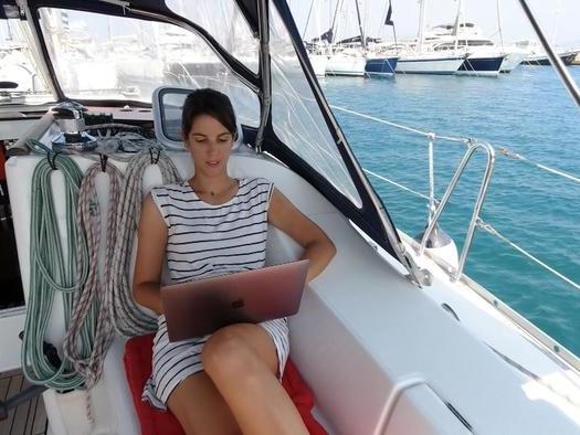 Mollo tutto e vivo in barca lavorando con il computer: la storia di Greta e Michael