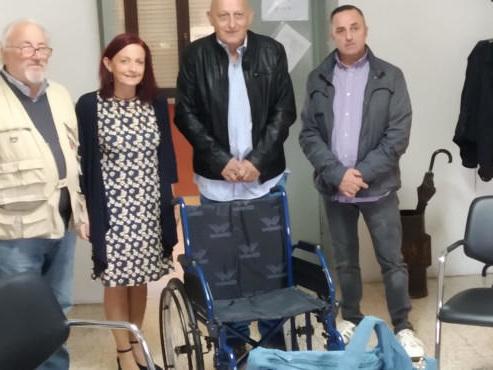 L'associazione Quattrocase è Viva dona una carrozzina alla scuola Diotti