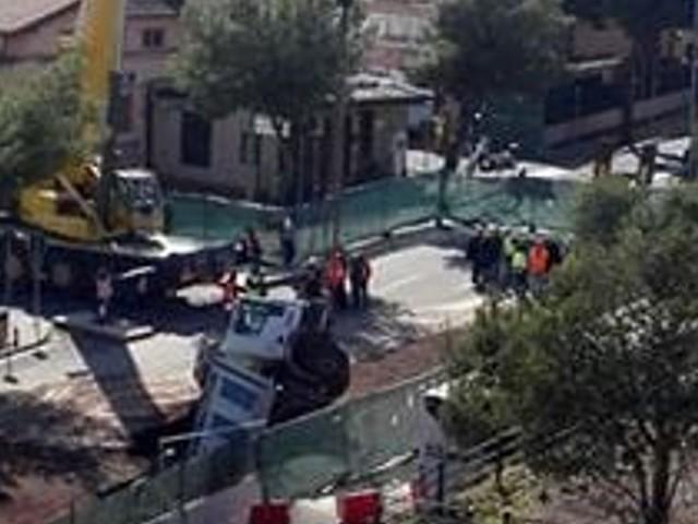 Camion sprofondato alla circonvallazione, strada chiusa fino all'alba