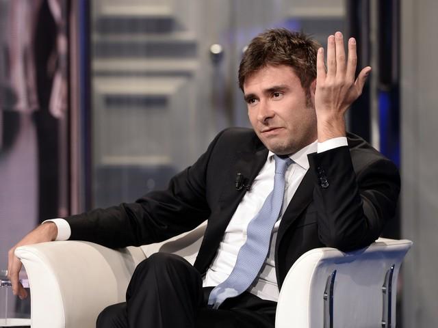 """Di Battista rompe il silenzio e attacca Renzi: """"Chiarisca sui soldi"""""""