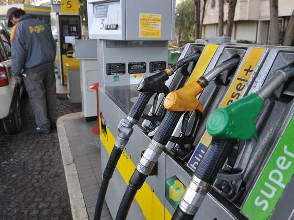 Carburanti: nuove sigle e simboli per benzina, diesel e metano. Attenti quando fate il pieno