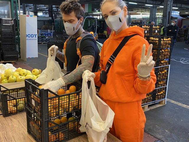 Chiara Ferragni e Fedez volontari per un giorno. Frutta e verdura per chi è in difficoltà