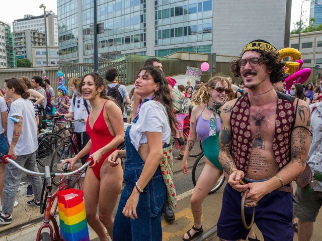 A Milano sfila il Pride (ma senza mascherina)