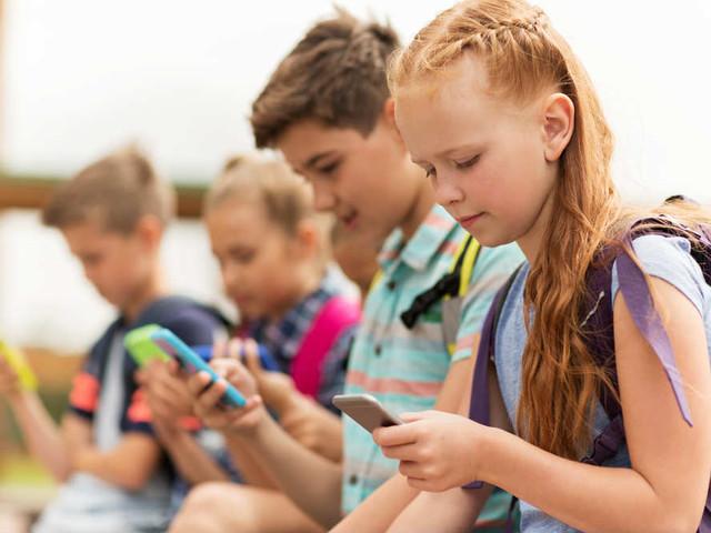 A quanti anni dare il primo smartphone. Siamo scesi a 11 anni, troppo presto