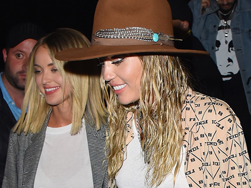 Miley Cyrus e Kaitlynn Carter: look di coppia alla New York Fashion Week