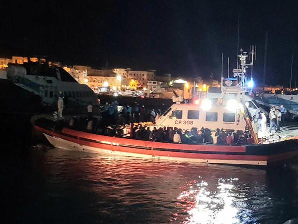 Lampedusa: ancora sbarchi a raffica di migranti, arrivati 433 in poche ore