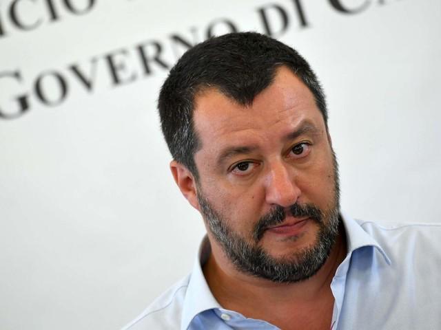 """Open Arms, sbarcati 27 migranti. Salvini: """"Curioso di vedere i presunti minori"""""""