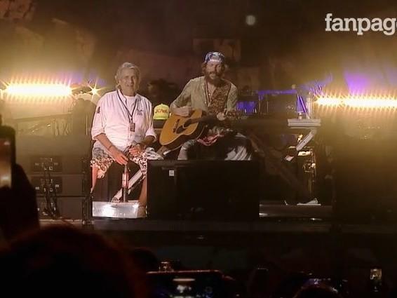 Jova Beach Party: in 30 mila a Roccella Ionica, Jovanotti canta con Toto Cutugno e Brunori