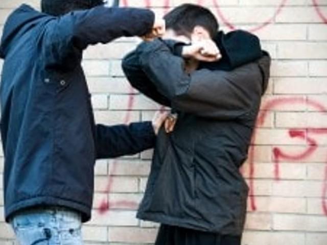 Bullismo a scuola: deruba il compagno di classe, poi gli tira un pugno