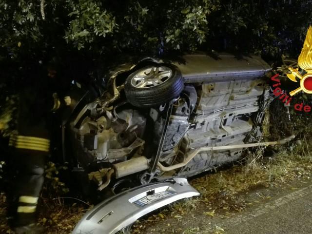 Terni, si schianta contro l'albero e si ribalta: 29enne ferito