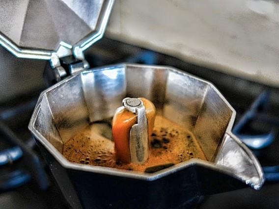 Cosa succede se mettiamo il latte nella moka al posto dell'acqua? Può essere disastroso