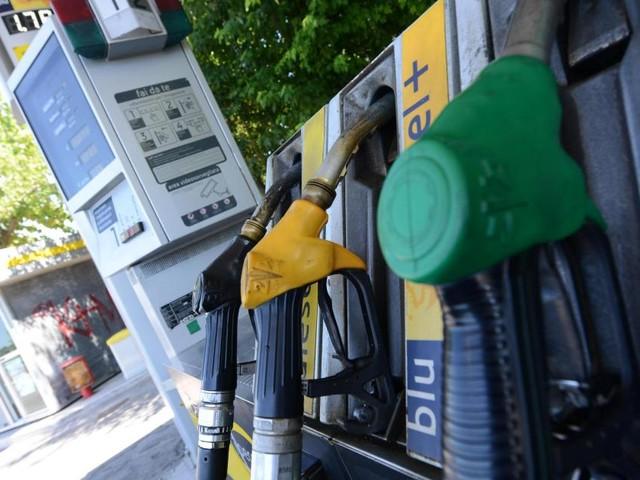 Puglia, benzinaio dimentica il distributore aperto: 80 fanno il pieno gratis, si indaga
