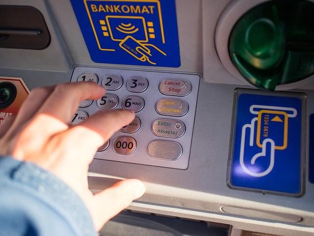 Le banche senza sportelli e ai clienti resta il telefono