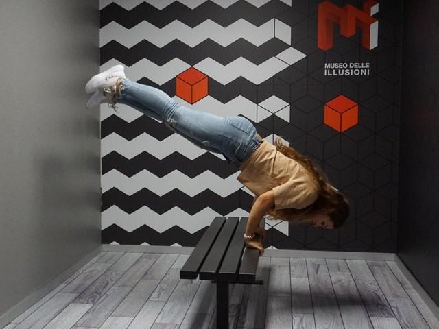 A Milano il museo delle illusioni: camere delle meraviglie, giochi di specchi e trucchi anti-gravità