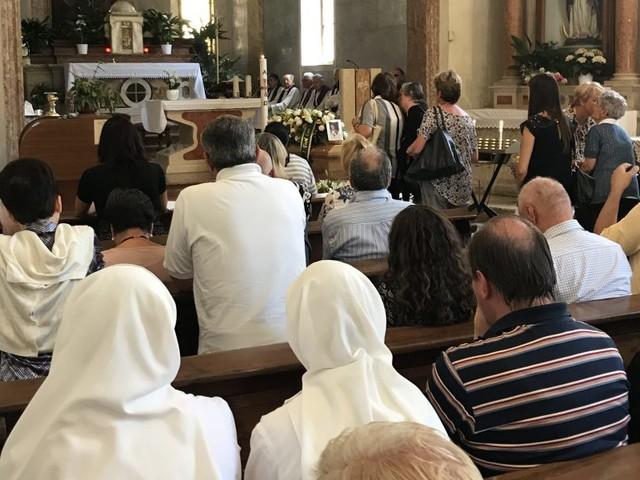 Chiesa gremita ieri per i funerali di Don Celestino