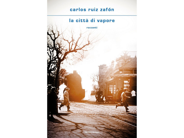 """Carlos Ruiz Zafón ci porta per l'ultima volta nella sua Barcellona, """"La città di vapore"""". Esce postuma una raccolta di racconti dell'autore catalano"""