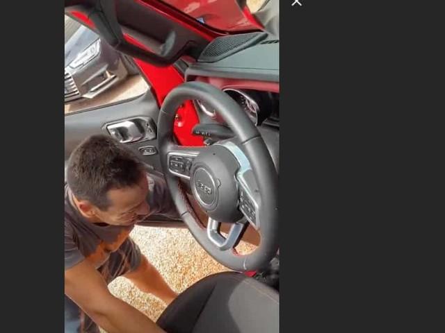 L'auto di Alena Seredova allagata dal temporale, lei e Alessandro usano le tazze per svuotarla (Foto)