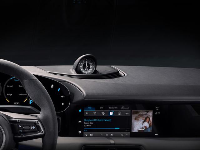 Porsche mostra gli interni del Taycan con la prima immagine ufficiale