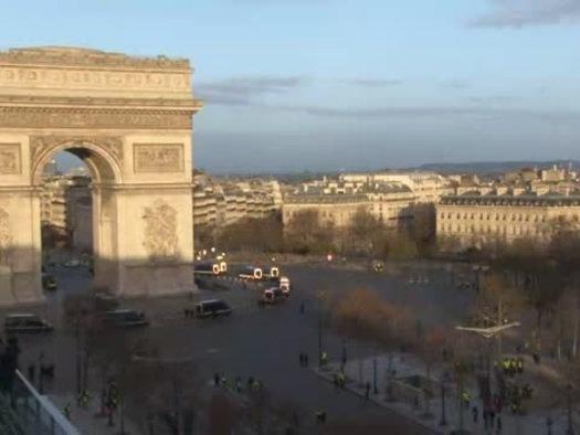 Gilet gialli, 8.000 a Parigi, scontri a Champs-Elysees