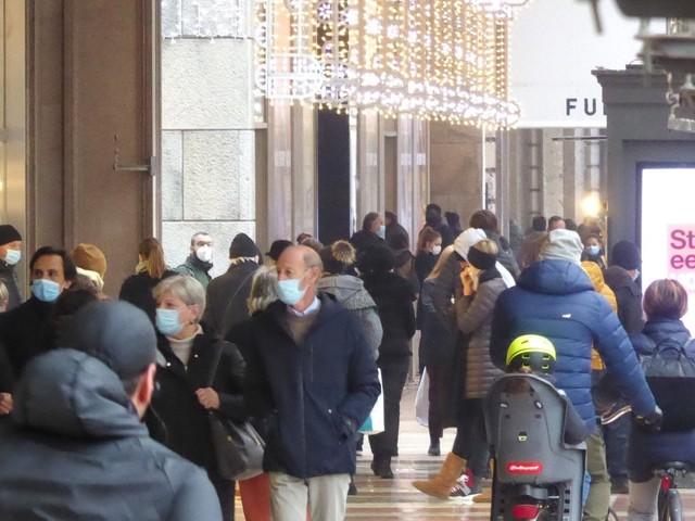 """Virus, allarme per lo shopping di Natale. Cirio: """"Folla inaccettabile, bisogna intervenire"""""""